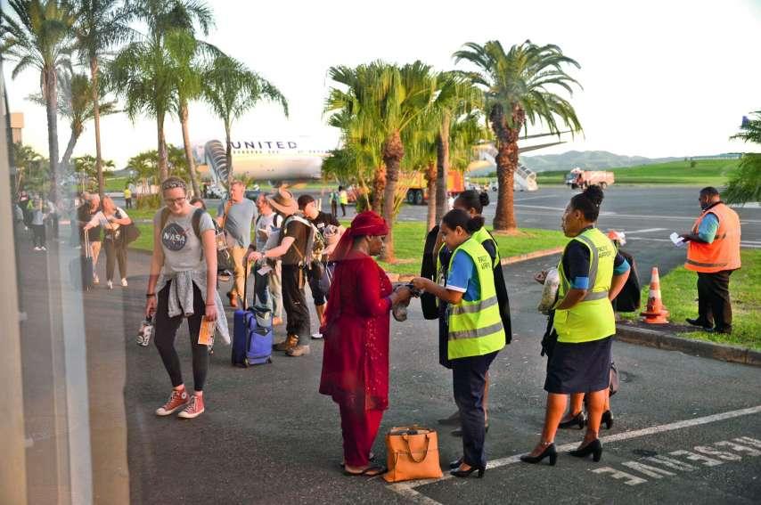 Les 256 passagers sont sortis de l'avion dans le calme avant d'être transférés à Nouméa. Photo Thierry Perron