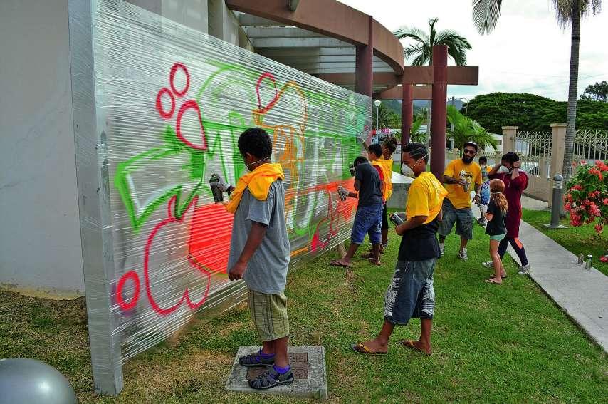 L'atelier graff dirigé par Kuby a conquis les enfants. Sur le support installé spécialement devant le Colisée, les jeunes, guidés par l'animateur, ont pu s'adonner à la joie du graff en toute sécurité. Pour gagner du temps, Kuby avait dessiné le motif et