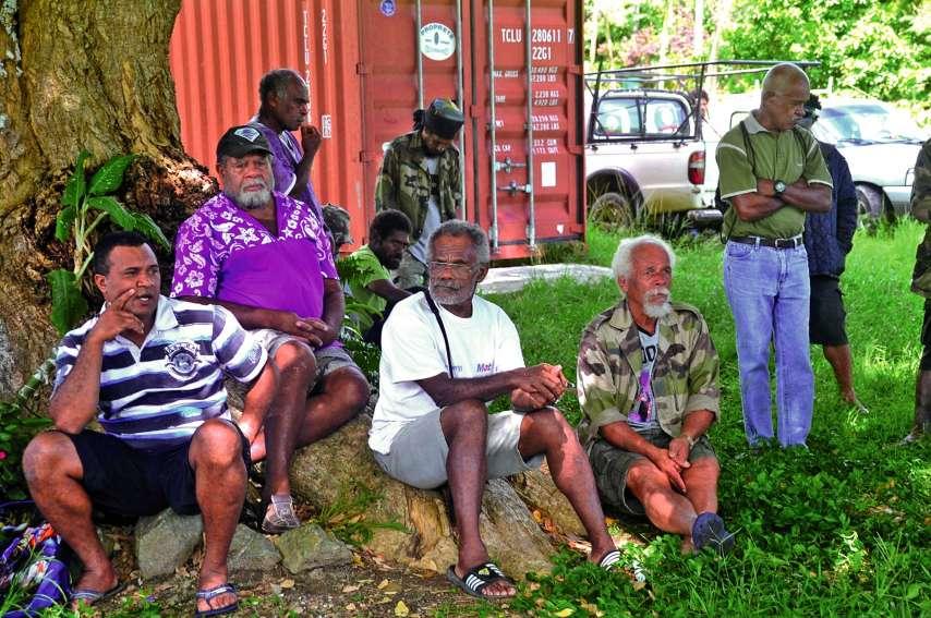 Rassemblés à l'ombre d'un arbre, coutumiers et parents font un point après une heure et demie de discussion et avant de retrouver le maire. Photo C.O