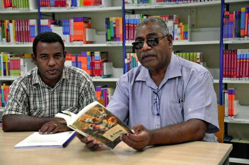Comment articuler savoirs autochtones et savoirs académiques dans l'école ? Les deux docteurs vont tenter d'y répondre ce soir.Photo Thierry Perron