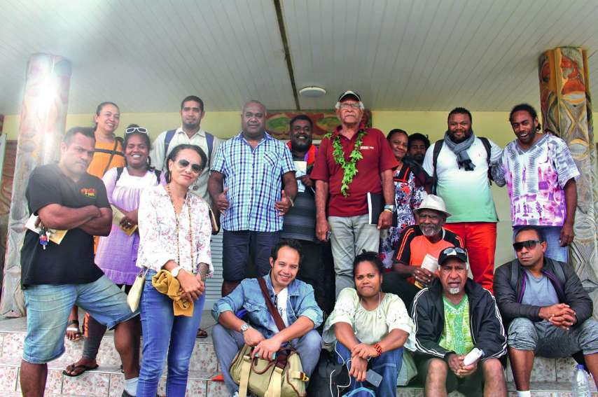Des membres de la Sacenc, dont Tim Sameke (président du conseil d'administration) et Tyssia (membre du CA), sont venus discuter avec les artistes et les diffuseurs de musique, à la mairie d'Ouvéa. Photo S.M.