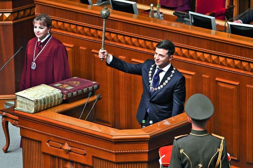 Volodymyr Zelensky s'est plié aux rituels de l'investiture, prêtant serment, la main droite posée sur la Constitution de ce pays indépendant depuis 1991, et sur un Evangile du XVIe siècle.Photo Genya Savilov/AFP