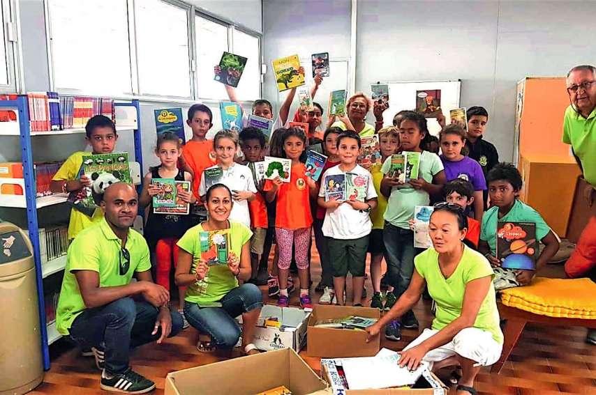 Des membres du Kiwanis Ralia Koumac se sont rendus à l'école Charles-Mermoud, vendredi après-midi, pour offrir 160 livres aux enfants. Photo DR