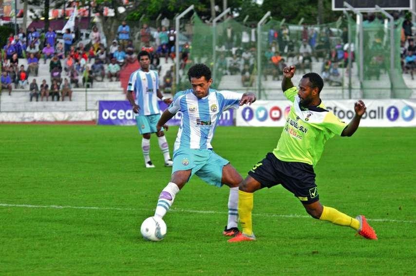 Le match de championnat de cet après-midi constitue la revanche de la finale de la O-League remportée 1-0 voilà deux semaines par Hienghène (en bleu et blanc) devant Magenta. Photo Archives LNC Sports