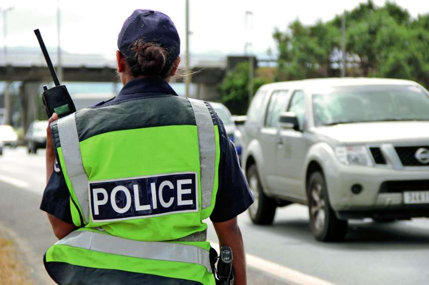 Le policier a sauté sur le bas-côté pour ne pas être percuté par ce père de famille, samedi. Archives LNC