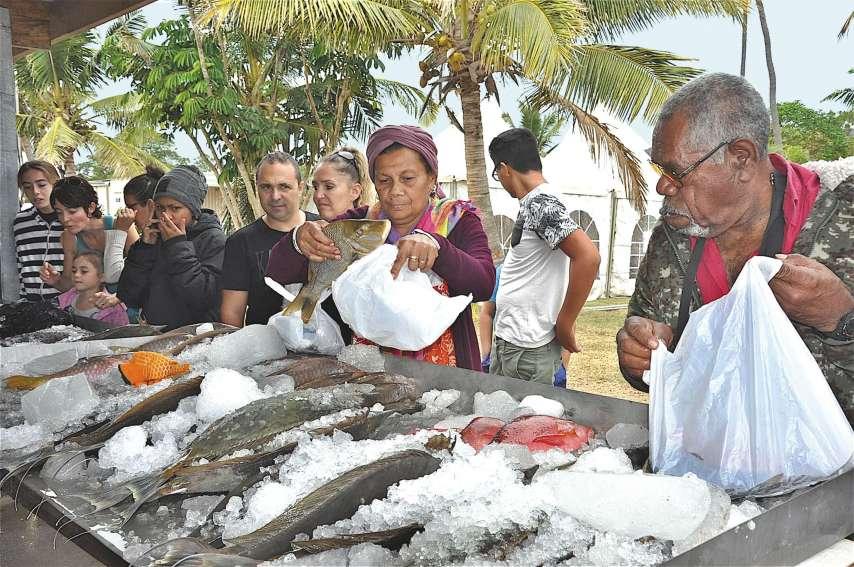 Le stand des pêcheurs de Poum et des îlots a été pris d'assaut dès son ouverture samedi matin. Il y avait près de six cents kilos de picots, dawas, saumonées, becs-de-cane, poulpes, rougets, bénitiers, etc.