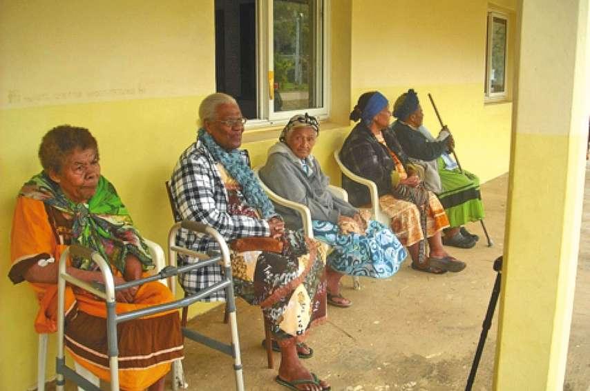 Les anciennes ont été choyées à la maison communede la tribu de Nédiouen, à Warai. Photo M-L.E