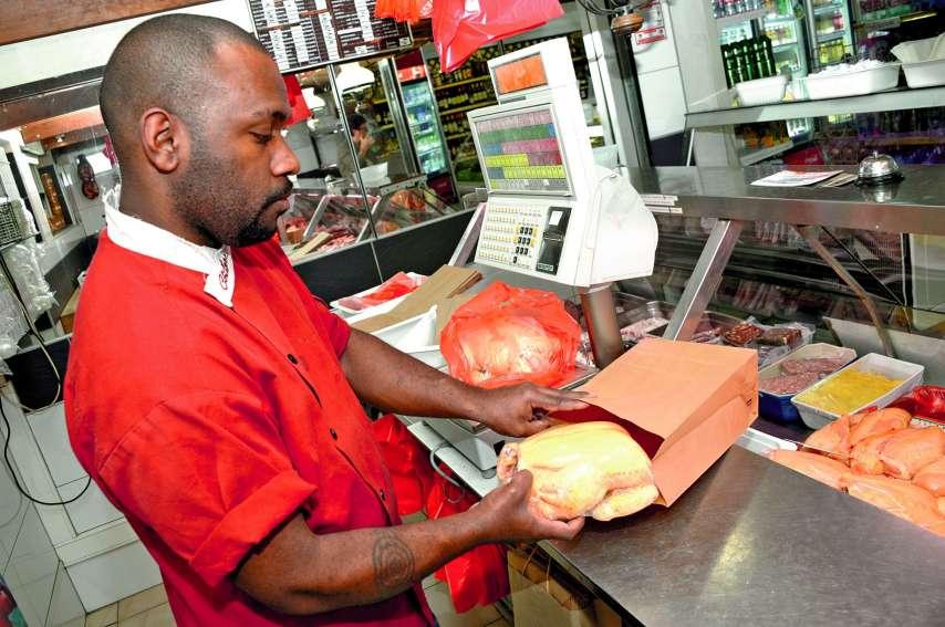 Les sacs en papier remplacent dés aujourd\'hui les sacs en plastique à usage unique dans certains commerces.  Photo Thierry Perron