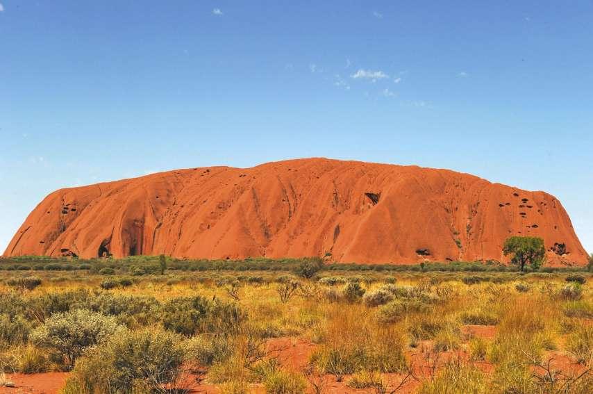 A partir du 26 octobre, toute personne qui entrera illégalement sur ce site sacré risquera 60 000 dollars australiens (39 500 euros, 4,7 millions de francs environ) d'amende et deux ans de prison.Photo AFP