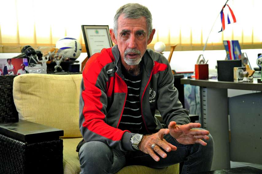 Charles Cali, hier matin, dans son bureau du CTOS, à Nouméa. L'homme, président de l'institution depuis avril 2008, quittera ses fonctions dans moins d'un an. « Je ne pouvais pas terminer mieux que ça, c'est vraiment un cadeau extraordinaire », dit-il à p