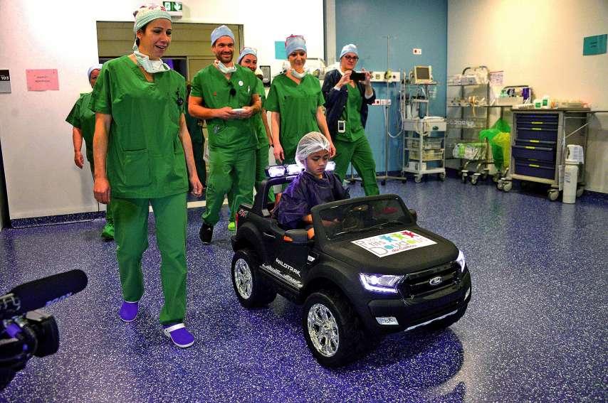 Sanélé arrive en voiturette dans la salle d'opération. Photos Thierry Perron