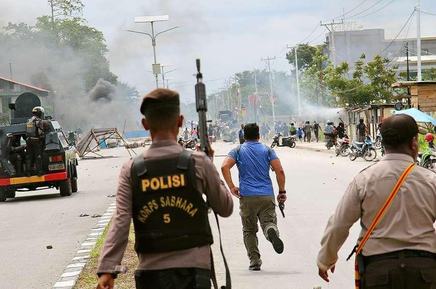 Le porte-parole de la police nationale, Muhammad Iqbal, a estimé que la situation restait « globalement sous contrôle », précisant que les forces de l'ordre n'étaient pas équipées de balles réelles.Photo Sevianto Pakiding/AFP