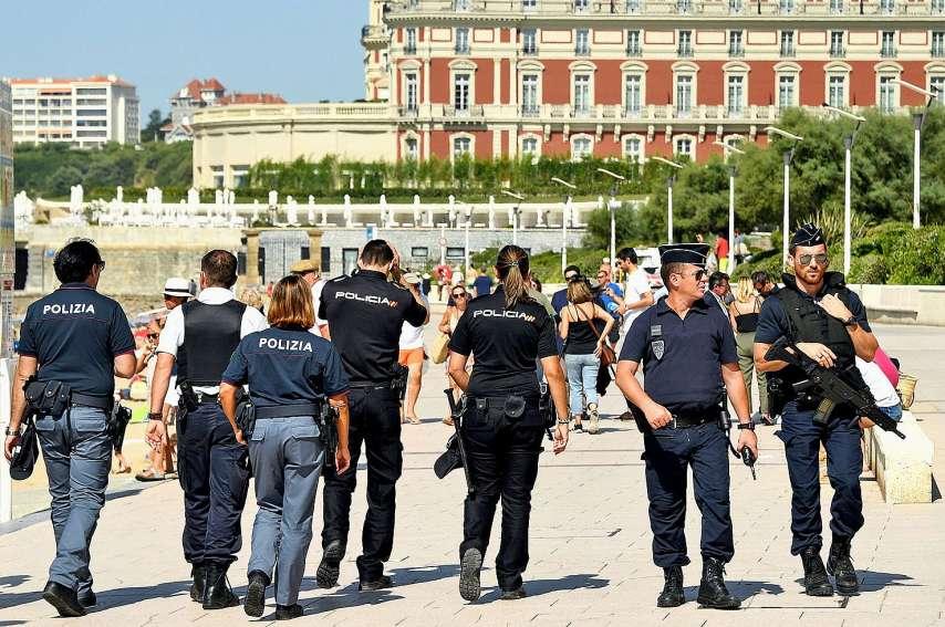 D'importantes forces de l'ordre (13 000), ici des policiers italiens et espagnols croisent leurs homologues français, ont été déployées sur terre, sur mer et dans les airs. Photo Bertrand Guay/AFP