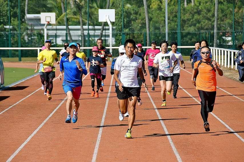 Hier matin, au stade Édouard-Pentecost, Yuki Kawauchi mène l'entraînement pour une vingtaine de compatriotes. Photos F.L.