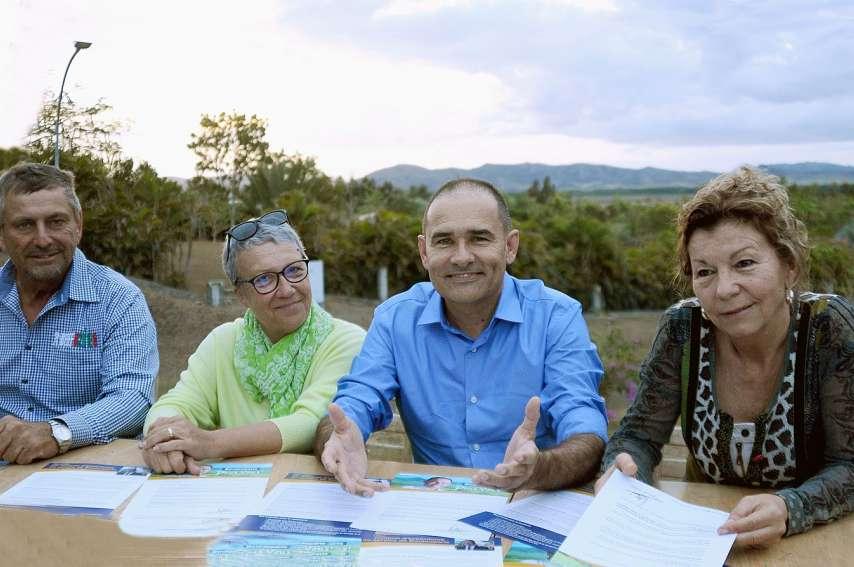 Pascal Vittori (avec la chemise bleue unie) a lancé sa campagne avec ses élus Karlheinz Creugnet, Valérie Trahan et Martine Durand. Photo F.D.