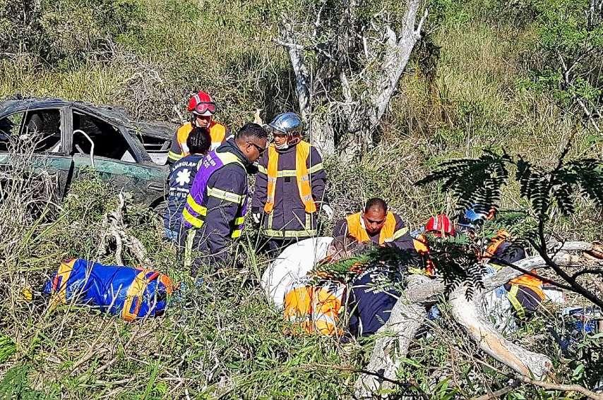 Hier, les secours n'ont pas pu sauver une jeune femme dans l'accident de Boulouparis. Le conducteur est recherché. Photos BBL