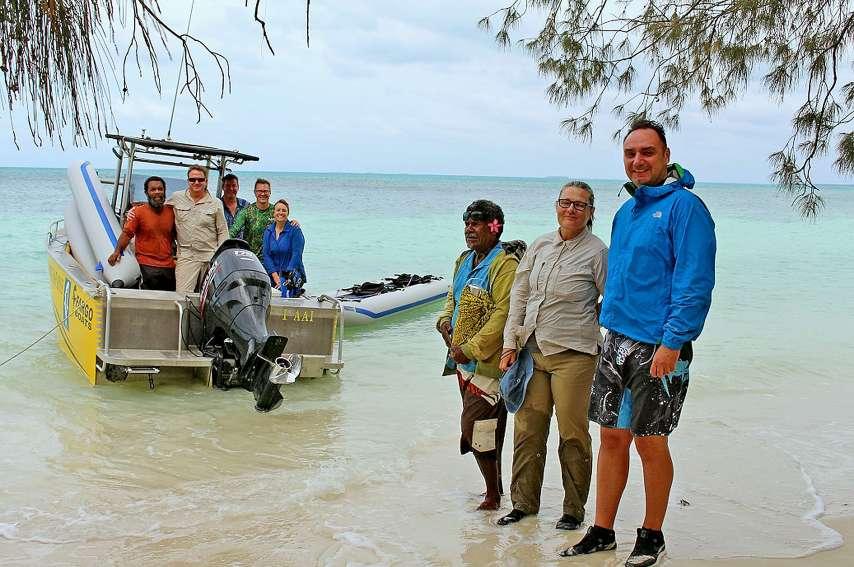 L'équipe internationale de scientifiques embarque sur le bateau de Badiou (tribu de Weneky), avec leur guide Jean-Baptiste, de la tribu de Teuta.Photos S.M.