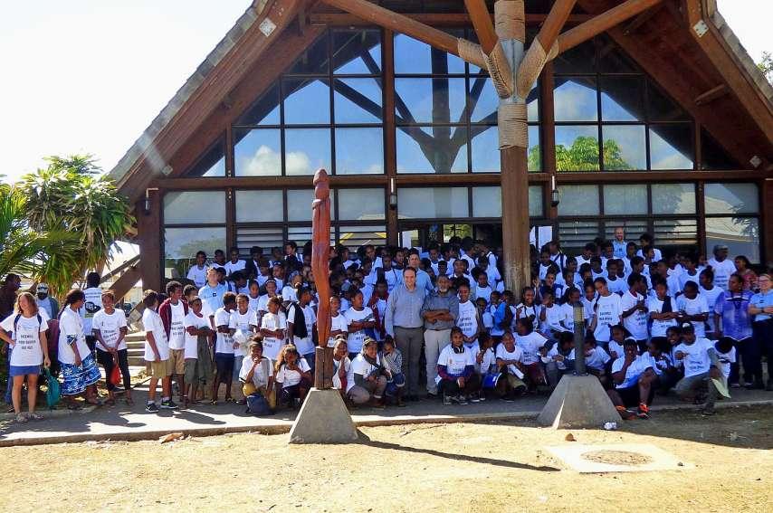 Dès 8 heures, les élèves des classes de 4e des collèges de Hnaizianu, de Havila et de Laura-Boula se sont regroupés au faré de la province des îles où des tee-shirts, sur lesquels étaient imprimés « Brigade des collégiens de Lifou - Ensemble pour sauver d