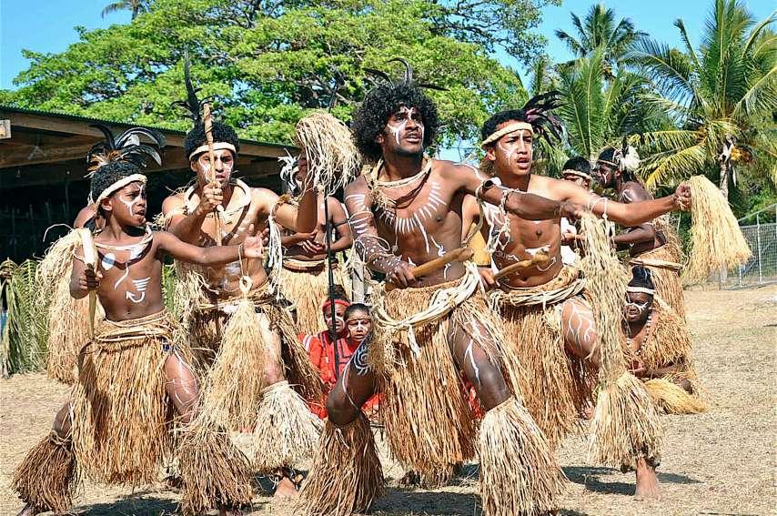 Les jeunes danseurs de la troupe Wangeko de la tribu de Kumo (Lifou) ont donné le coup d'envoi des animations, samedi matin, en interprétant des danses sur le cycle de l'igname, sur les chemins coutumiers du district de Wetr et une danse guerrière.