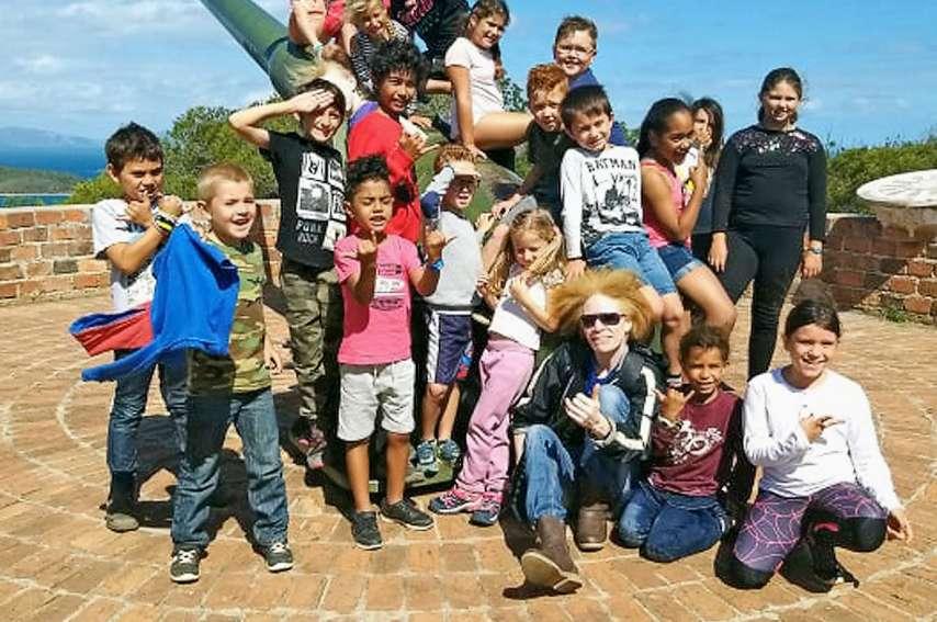 Les enfants ont visité les baies de Nouméa en petit train et ont posé pour la photo souvenir au Ouen Toro.