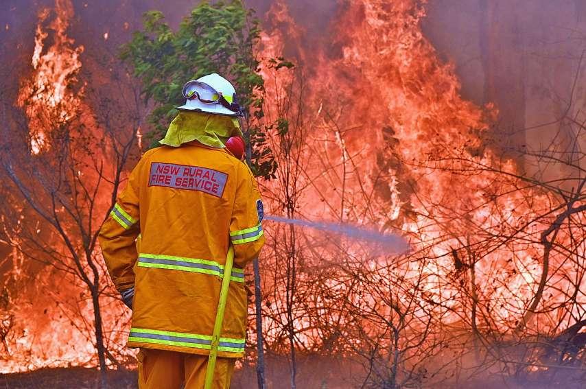 Après plus d'une semaine de lutte acharnée contre les flammes, certains pompiers n'ont pas hésité, ces derniers jours, à critiquer le gouvernement.Photo AFP
