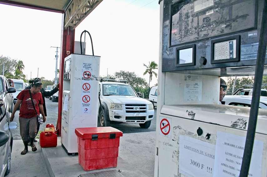 File de voitures, vendredi dernier, aux pompes de Chez Lomel pour une distribution de carburant restreinte, alors qu'un bateau est arrivé le matin même pour livrer du carburant. Photo S.M.