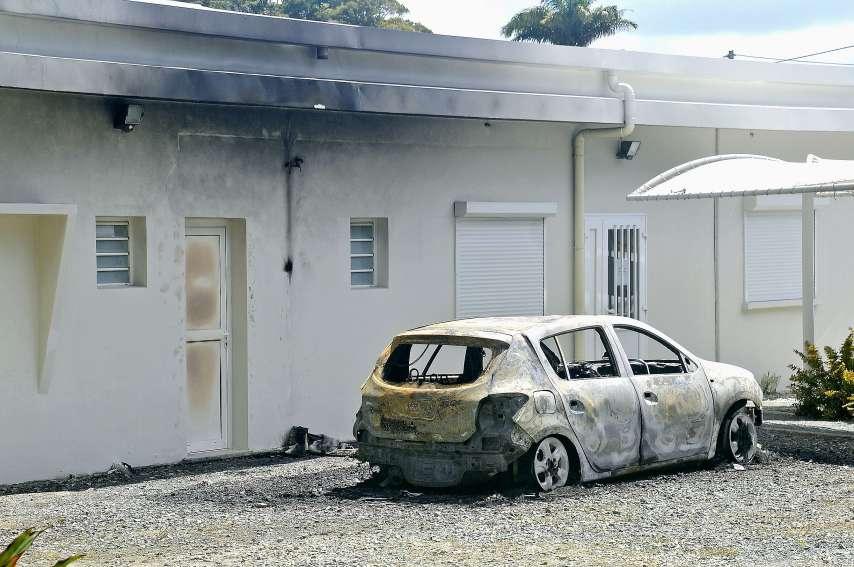 Selon la mairie, sans l'intervention des pompiers, l'incendie du véhicule des élus dans la nuit de vendredi à samedi aurait pu s'étendre à l'hôtel de ville. Photo Christian Oghino