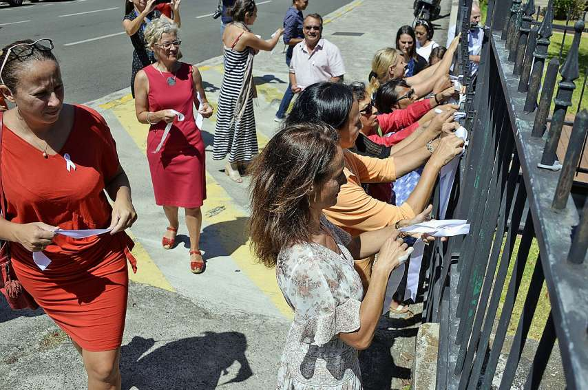 Les rubans blancs ont été accrochés sur les grilles du consulat général d'Australie pour marquer l'événement. Photo Thierry Perron