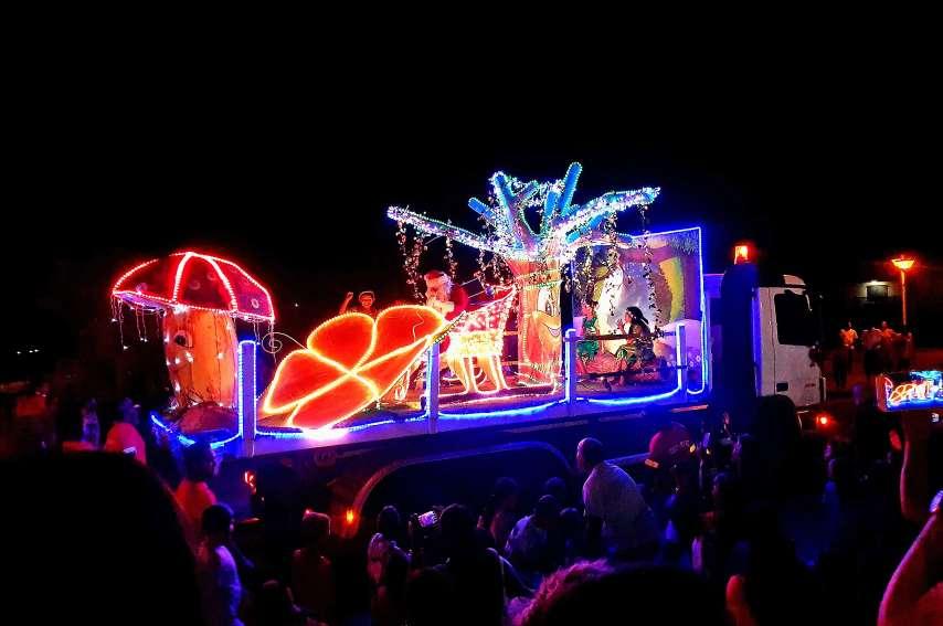 L'arrivée tant attendue de l'homme en rouge a eu son petit effet, puisqu'il était rivé sur un char tout illuminé, sur le thème Noël féerique, jetant des bonbons à des enfants heureux, sautant et criant de joie.