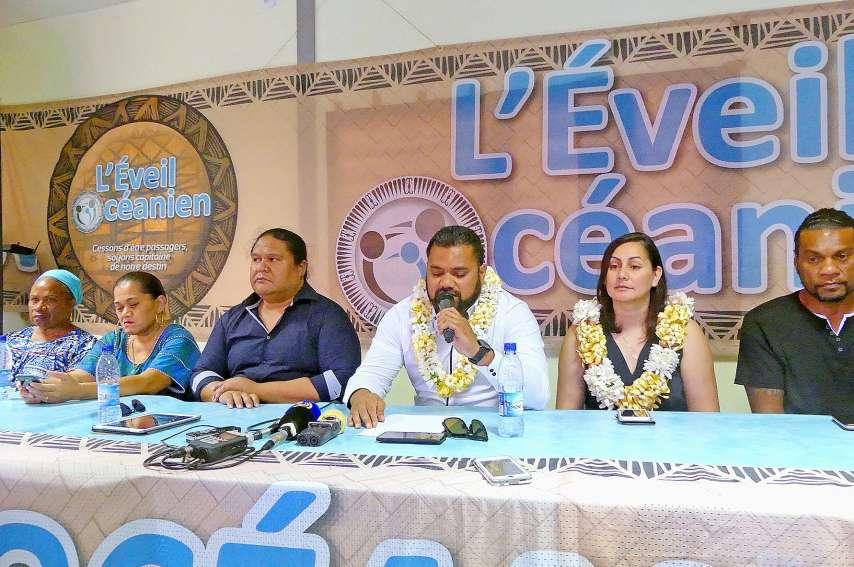 Milakulo Tukumuli (en blanc) a présenté les deux candidats, Petelo Sao à Mont-Dore à gauche et Veylma Falaeo  à Nouméa à droite, qui mènent les listes de L'Eveil océanien aux municipales. Photos Gédéon Richard
