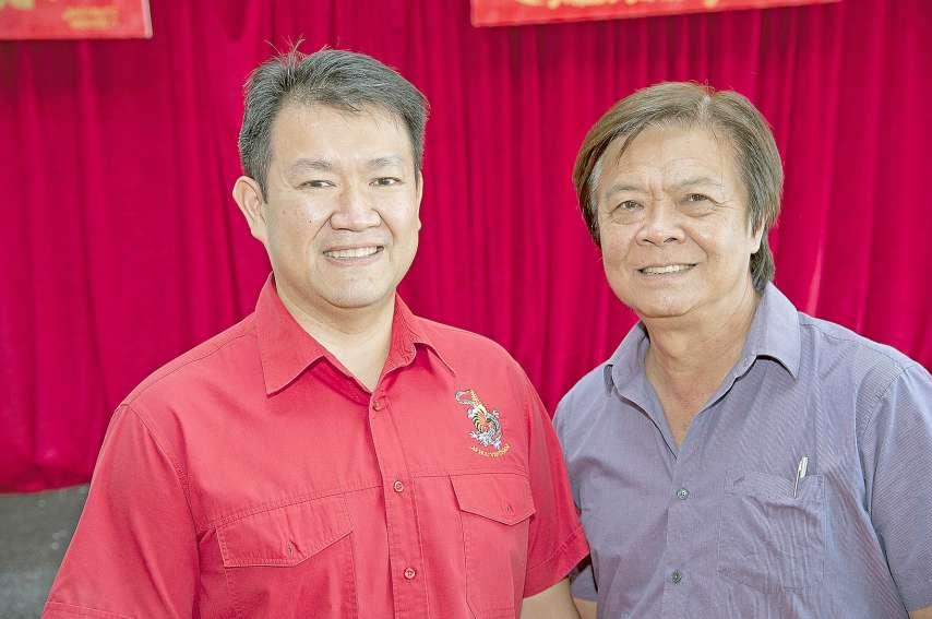 Patrick Guillon (à gauche), président de l'amicale vietnamienne, et son homologue de l'amicale chinoise, Michel Fongue, préparent la salle des fêtes du foyer de Tina. Photos Cyril Terrien