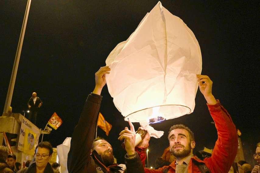 Des retraites aux flambeaux ont eu lieu dans plusieurs villes jeudi soir, comme ici à Marseille.Photo AFP