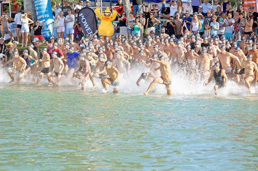 Contrairement à l'année dernière, les concurrents avec matériels (palmes, tuba, planche) seront les premiers à s'élancer, suivis des nageurs et des nageuses licenciés puis des non-licenciés. Photo archives LNC