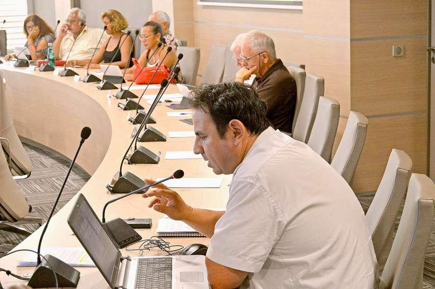 Patrice Cuer a présenté la note de synthèse du débat des orientations budgétaires aux élus lundi soir. Photo B.G.