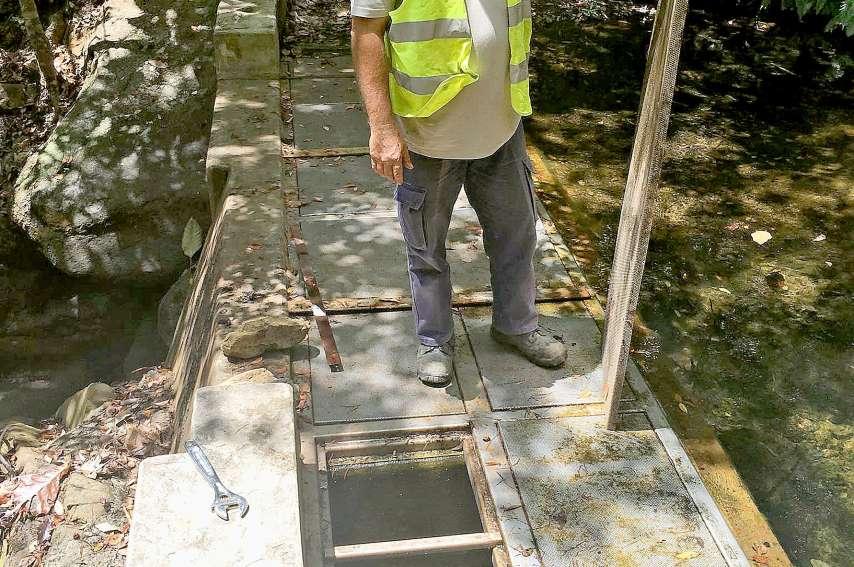 Pour remplir des réservoirs grâce à d'autres captages, les techniciens effectuent un maillage.Photo K.B.
