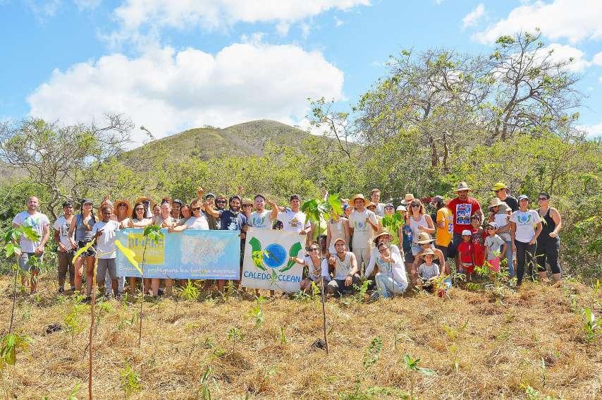Malgré la chaleur, les soixante bénévoles ont retroussé leurs manches pour mettre en terre 500 nouveaux arbres de forêt sèche sur le domaine de Déva.(Photos N.B.)