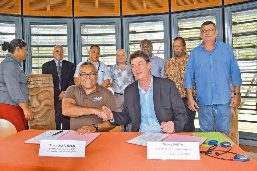 Signature de convention, hier, entre Emmanuel Tjibaou, directeur de l'Agence de développement de la culture kanak, en charge du centre culturel qui accueillera cette conférence et Thierry Santa. Photo A.T.