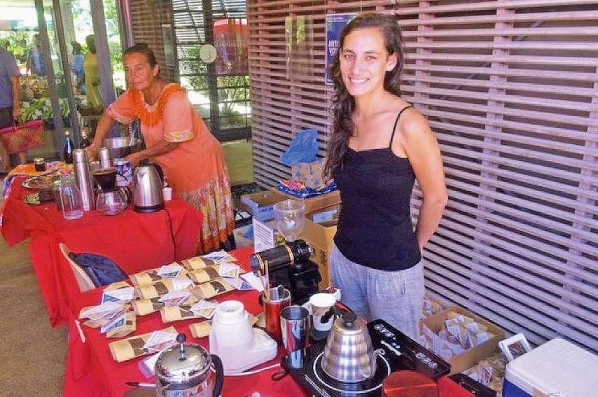 Alice Lebrec (au 1er plan) est passionnée par le café. Dimanche, l'Atelier des alchimistes proposait une dégustation de ses produits d'exception  au Marché des femmes rurales, au centre Tjibaou, à Nouméa.Photos DR