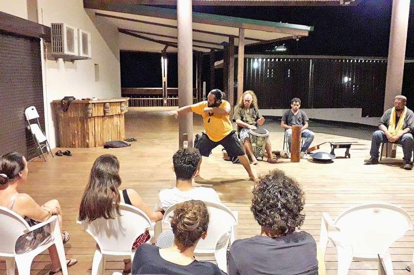 Téva a, par ses gestes et sa chanson, fait découvrir la pêche aux huîtres comme la lui avait apprise son grand-père, aux Tuamotu.Photos ALSHDE