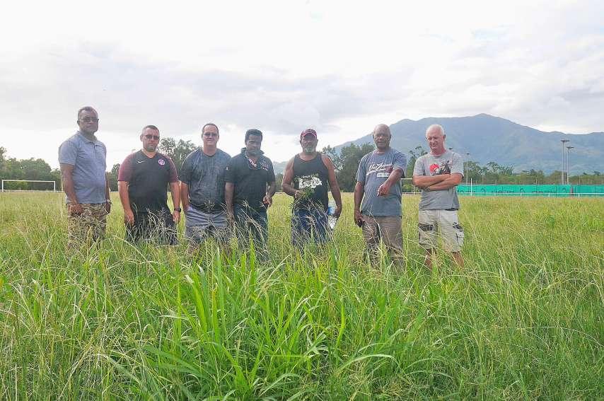 Franck Païta (deuxième sur la droite), président du PFC, entouré de son équipe sur le terrain annexe du club, qui est impraticable depuis deux ans.Photo S.A.