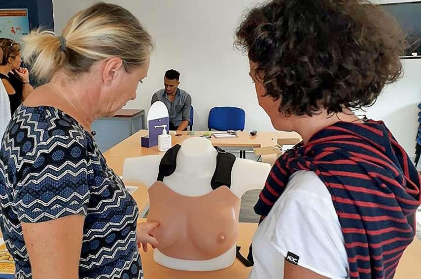 Un buste de démonstration permet d'apprendre les techniques d'autopalpation pour prévenir un cancer du sein. Photo ASS-NC