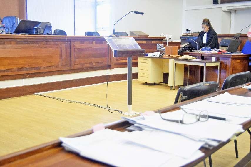 L'ambiance était tendue hier matin dans la salle de la cour : tous les protagonistes de cette affaire sont parents. Photo L.C.