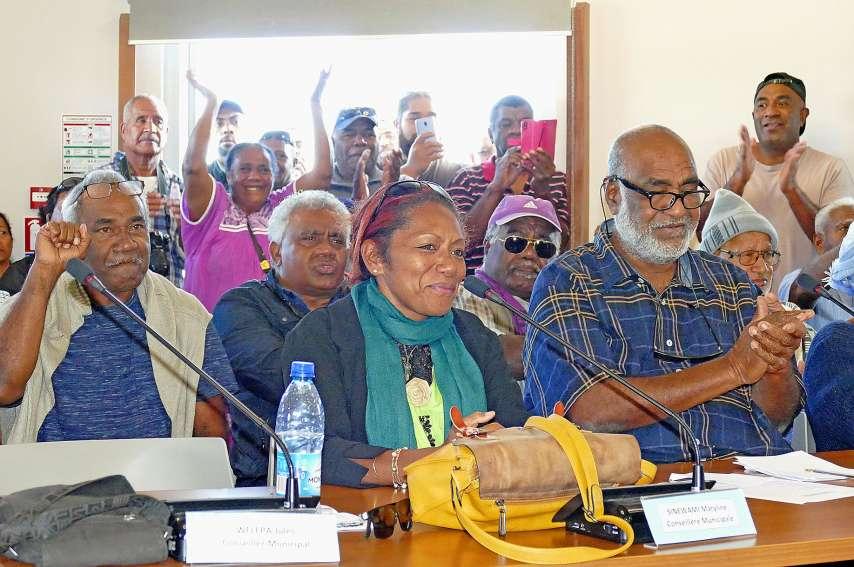 La salle a explosé de joie à l\'annonce du résultat du vote, samedi matin à Tadine. Photo G.C.