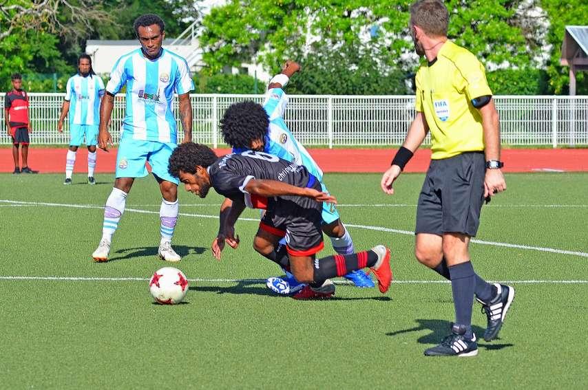 Hienghène (en bleu et blanc) et le Mont-Dore seront aux prises deux fois en championnat cette saison, mais cette fois pas sur le terrain synthétique de Boulari. Photo archives LNC
