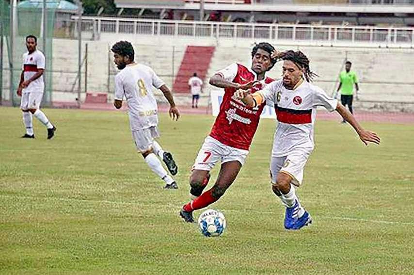 L'AS Mont-Dore (en blanc) a perdu 2-0 lors de la 1re journée, à Nouméa contre Tiga. Photo archives LNC