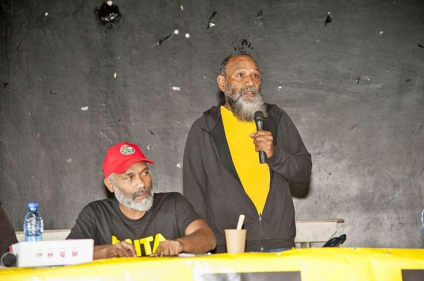 Charles Washetine (debout), porte-parole du Palika, a le sentiment que la « forte mobilisation » actuellement constatée par le Palika peut conduire à la victoire du « oui » le 4 octobre. Photo Cyril Terrien