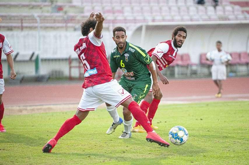Samedi après-midi au stade Numa-Daly, l\'AS Magenta (en vert) a marqué deux buts en moins de quinze minutes pour finalement s'imposer face à Tiga. Photo Cyril Terrien