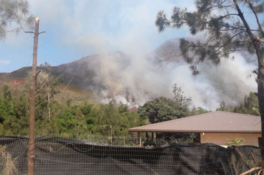 L'incendie de la Montagne des Sources a mobilisé deux hélicoptères bombardiers d'eau. Photo Sécurité civile