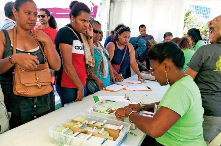 Pour les usagers, la journée de samedi était surtout l'occasion de récupérer le fameux pass Tanéo indispensable à partir d'aujourd'hui. Près de 18 000 cartes ont été distribuées sur le village. Photo S.C.
