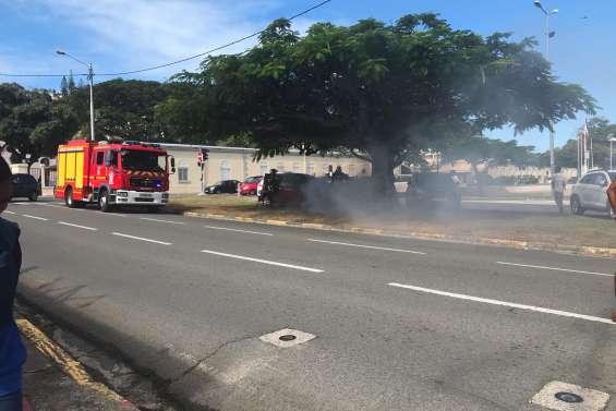 Une voiture en feu place Bir-Hakeim à Nouméa